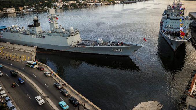 سفن حربية تابعة للبحرية الصينية إحداهما فرقاطة فئة 054A (المعروفة من قبل الناتو بـJiangkai) – على اليسار- في ميناء هافانا في 10 تشرين الثاني/نوفمبر 2015 (AFP)