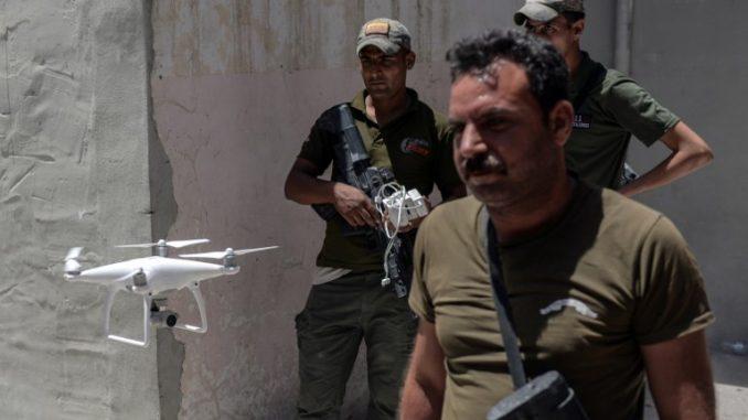 أعضاء شعبة الاستجابة السريعة العراقيين يستخدمون طائرة من دون طيار في منطقة الشفاء غرب الموصل في معاركها ضد مقاتلي تنظيم الدولة الإسلامية في 12 حزيران/يونيو 2017 (AFP)