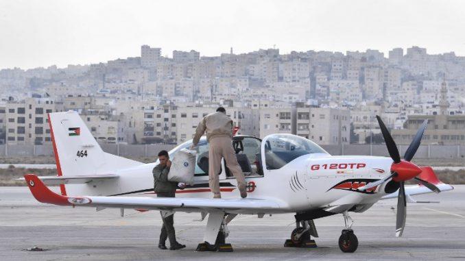 أفراد من القوات الجوية الأردنية يقومون بإعداد طائرة تدريب من نوع GROB G 120TP قبل حفل التسليم في مطار ماركا في عمان في 14 كانون الثاني/يناير 2018 (AFP)