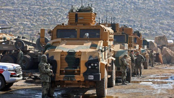 قافلة تابعة للقوات التركية بالقرب من قرية كفر كرمين، على بعد 35 كيلومتراً غرب حلب، في 30 كانون الثاني/يناير 2018، بعد أن أُرغمت على التراجع في طريقها إلى منطقة العيس، وذلك بسبب الغارات التي شنها مقاتليت موالين للنظام السوري في وقت متأخر من الليلة السابقة (AFP)