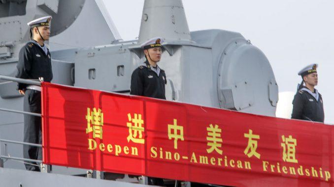 بحارة صينيون على متن فرقاطة صينية في سان دييغو في كانون الأول/ ديسمبر 2016