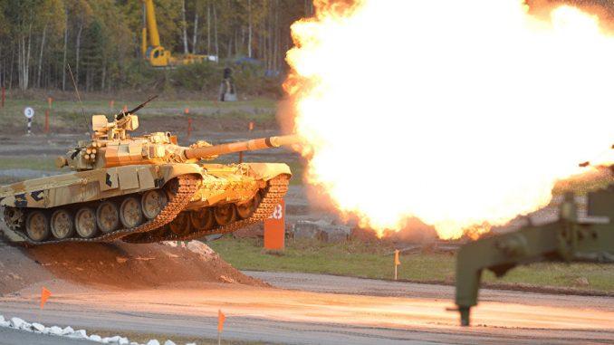 دبابة تي-90 الروسية خلال عرض تجريبي حي (وكالة سبوتنيك)