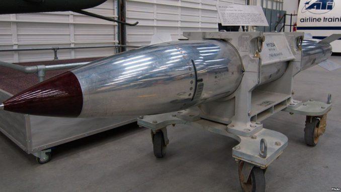 """قنبلة B61 النووية الأميركية خلال عرضها في متحف """"الجو والفضاء"""" (Air and Space Museum) في تاكسون، أريزونا (Flickr user Dave Bezaire)"""