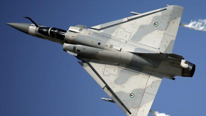 مقاتلة ميراج-2000 تابعة للقوات الجوية الإماراتية خلال عرض جوي ضمن فعاليات معرض دبي للطيران 2013 في 18 تشرين الثاني/نوفمبر 2018 (AFP)