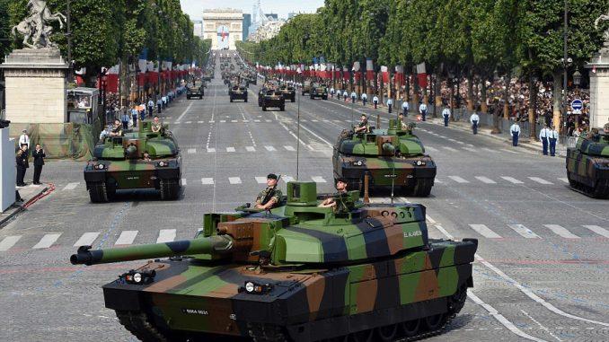 دبابات لوكلير من فوج 501 تابعة للجيش الفرنسي في شارع الشانزليزيه خلال العرض السنوي العسكري في ساحة الكونكورد في باريس يوم 14 تموز/يوليو 2016 (AFP)