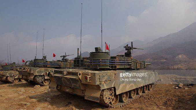 دبابات K-2 الكورية الجنوبية تشارك في تدريبات حية في 11 شباط/فبراير 2015 في جيونج جي دو كوريا الجنوبية (Getty Images)