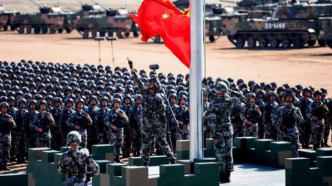 رفع العلم الصيني خلال عرض عسكري في قاعدة تدريب زوريهي في منطقة منغوليا الداخلية بشمال الصين يوم 30 تموز/يوليو 2017 (AFP)