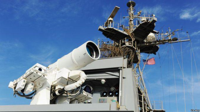سفينة بونس تقوم بإجراء عملية عرض تشغيلية لنظام أسلحة الليزر (LaWS) الذي يرعاه مكتب البحوث البحرية في خلال نشره في الخليج العربي. (جون أف. وليامز/البحرية الأميركية)