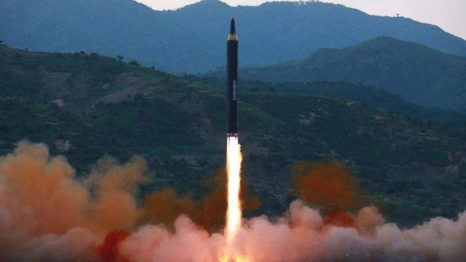 """صورة وزعتها حكومة كوريا الشمالية في 14 أيار/مايو الماضي تُظهر صاروخ """"هواسونغ -12""""، وهو نوع جديد من الصواريخ البالستية، في مكان لم يكشف عنه في كوريا الشمالية (AP)"""