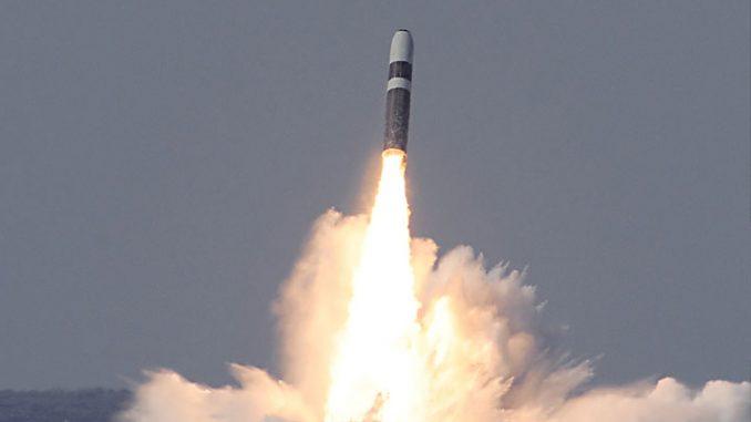 """إحدى صاروخي """"ترايدنت 2 دي5"""" الاثنين يتم تجربته في 2 حزيران/يونيو 2014 من قبل البحرية الأميركية (لوكهيد مارتن نقلاً عن البحرية الأميركية)"""