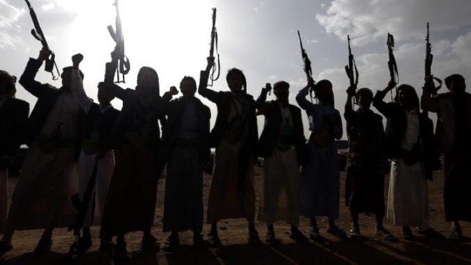 يطلق المتمردون الحوثيون في اليمن شعارات خلال تجمع لحشد المزيد من المقاتلين على جبهات القتال لمحاربة القوات الموالية للحكومة، في 18 حزيران/يونيو 2017، في العاصمة اليمنية صنعاء (صورة أرشيفية)