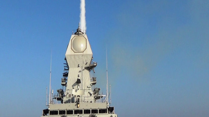 سفينة INS Kolkata تطلق صاروخ باراك-8 أرض-جو طويل المدى. لقد تم اختبار هذا الصاروخ في 29 و30 كانون الأول/ديسمبر 2015 على الساحل الغربي (البحرية الهندية)