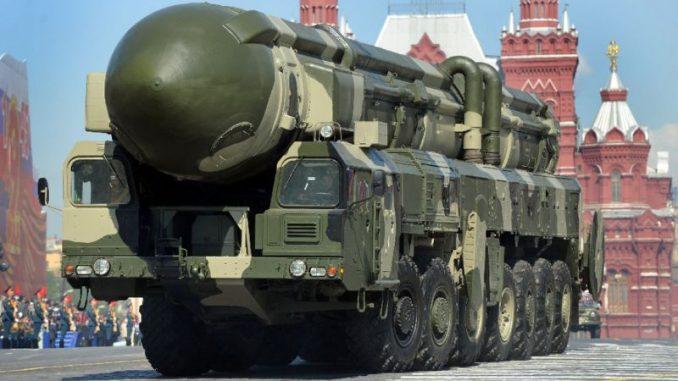 """صاروخ بالستي عابر للقارات روسي من نوع """"توبول-أم"""" خلال عرض في الساحة الحمراء في موسكو في أيار/مايو 2009 (AFP)"""