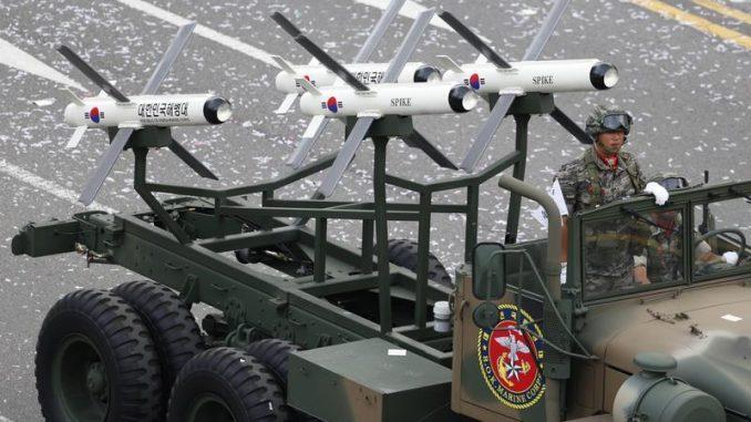 صواريخ سبايك الإسرائيلية خلال عرض عسكري في كوريا الجنوبية وسط سيول في 1 تشرين الأول/أكتوبر 2013 (رويترز)