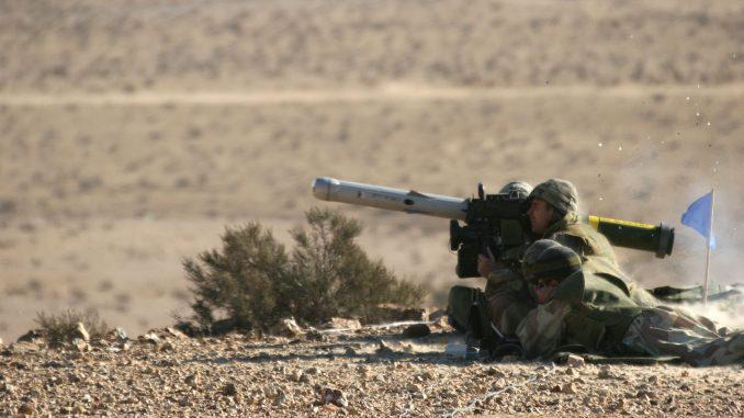 """جنود اسرائيليون يطلقون صاروخ """"سبايك"""" المضاد للدبابات خلال تدريبات (شركة رافائيل للأنظمة الدفاعية)"""