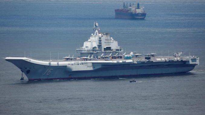 حاملة الطائرات الصينية لياونينج لدى مغادرتها هونج كونج يوم 11 تموز/يوليو 2017 (رويترز)
