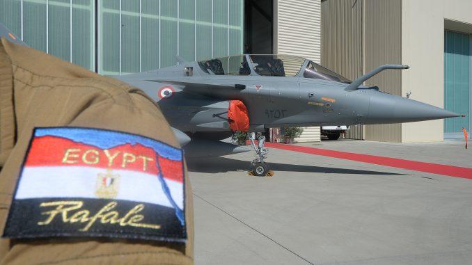 """طائرة مقاتلة من طراز """"رافال"""" للقوات الجوية المصرية في قاعدة جوية في مدينة استريز بجنوبي فرنسا يوم 20 تموز/يوليو 2015 (AFP)"""