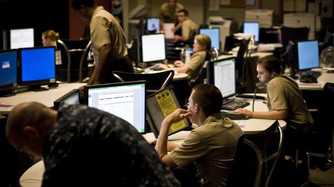 عناصر من قيادة عمليات الدفاع السيبراني معنيّون بمراقبة وتحليل واكتشاف والاستجابة للنشاط غير المصرح به داخل نظم المعلومات في الولايات المتحدة وشبكات الكمبيوتر (وزارة الدفاع)