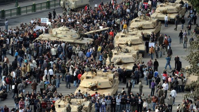 مجموعة من دبابات أبرامز مصرية تحتشد في الشارع حيث يتجمع المتظاهرون المصريون في ميدان التحرير بالقاهرة يوم 30 كانون الثاني/يناير 2011، في اليوم السادس من الاحتجاجات ضد نظام حسني مبارك (AFP)