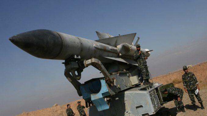 """جنود إيرانيون يقفون بالقرب من صاروخ أرض-جو من طراز """"أس-200"""" أثناء مناورات عسكرية في إيران في 26 تشرين الثاني/نوفمبر 2009 (AFP)"""