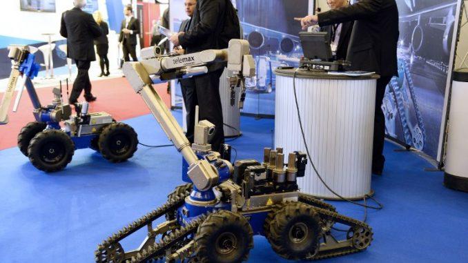 """روبوتات التدخل """"تيليماكس"""" (TeleMax) خلال المعرض الدولي التاسع عشر للأمن الداخلي للدولة (ميليبول) في فيليبينت، ضواحي باريس، في 17 تشرين الثاني/نوفمبر 2015 (AFP)"""