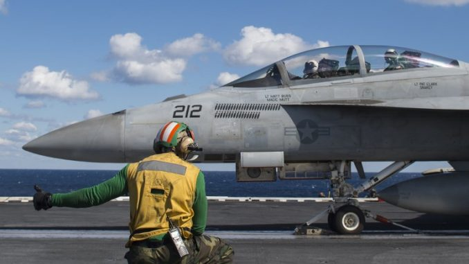 """طائرة EA-18G Growler من إنتاج شركة """"بوينغ"""" تتحضّر للإقلاع من على متن حاملة """"يو أس أس جورج بوش"""" في المحيط الأطلسي في 26 تشرين الأول/أكتوبر 2017 (AFP)"""