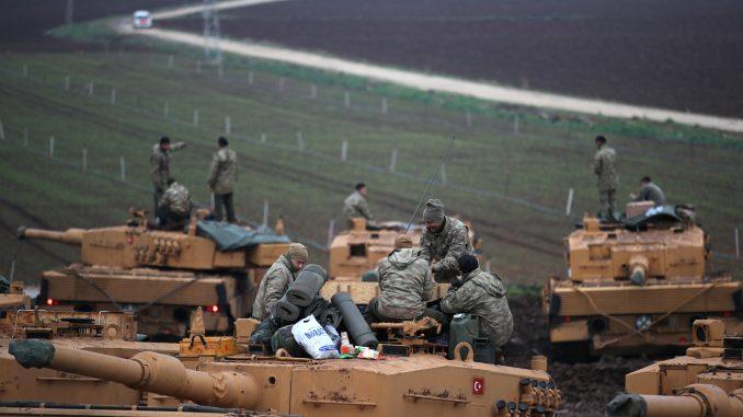 """جنود أتراك يقفون على دباباتهم المتمركزة بالقرب من الحدود السورية في حسا، في مقاطعة هاتاي في 25 كانون الثاني/يناير 2018، كجزء من عملية """"غضن الزيتون""""، التي أطلقت مؤخرا (AFP)"""