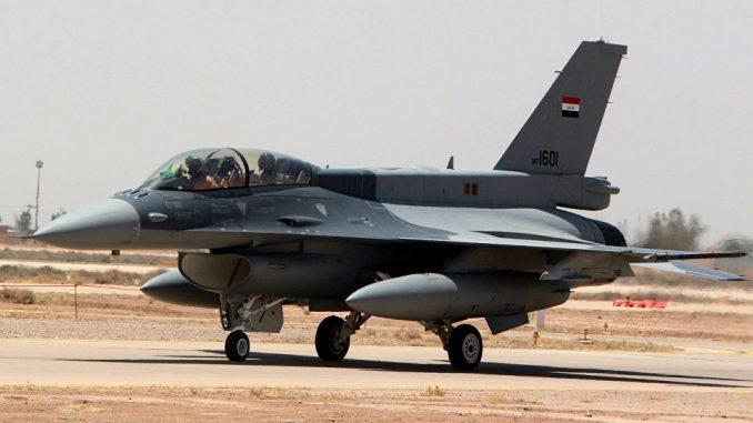 """إحدى المقاتلتين الإثنتين من نوع """"أف-16"""" التي تم تسليمهما لسلاح الجو العراقي متمركزة على مدرج قاعدة """"بلد"""" الجوية العراقية في محافظة صلاح الدين شمال العاصمة بغداد في 20 تموز/يوليو 2015 خلال زيارة قام بها رئيس الوزراء العراقي للقاعدة حيدر العبادي (AFP)"""