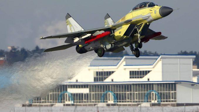 """المقاتلة المصرية MiG-29M/M2 المُعدّلة صاحبة الترقيم """"801"""" في مطار """"جوكوفسكي"""" بموسكو وهي مزوّدة بصواريخ R-73 وKh-38 (بوابة الدفاع المصرية)"""