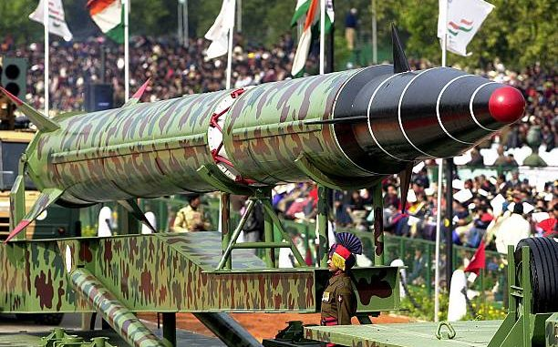 """الصاروخ البالستي """"أغني-2"""" خلال عرض عسكري في نيودلهي في 26 كانون الثاني/يناير 2000 (Getty Images)"""