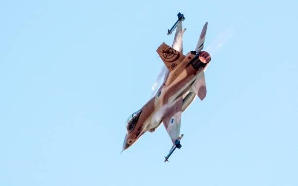 """مقاتلة """"أف-16 فايتينغ فالكون"""" تابعة لسلاح الجو الإسرائيلي تقوم بعرض جوي خلال حفل تخرج الطيارين الجدد في قاعدة هاتزريم في صحراء النقب بالقرب من مدينة بئر السبع جنوب اسرائيل في 29 حزيران/يونيو 2017 (AFP)"""