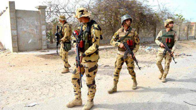 عناصر من القوات المسلحة المصرية تستخدم رشاشات AK-47 و AK-103 خلال الإشتباكات في شمال سيناء ضمن عملية سيناء 2018