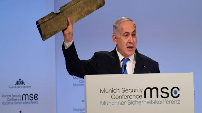 رئيس الوزراء الإسرائيلي بنيامين نتانياهو يلوّح بقطعة قال إنها ما تبقى من طائرة دون طيار إيرانية سقطت في اسرائيل الأسبوع الماضي، وذلك خلال فعاليات مؤتمر ميونيخ للأمن في 18 شباط/فبراير (وزارة الخارجية الإسرائيلية)