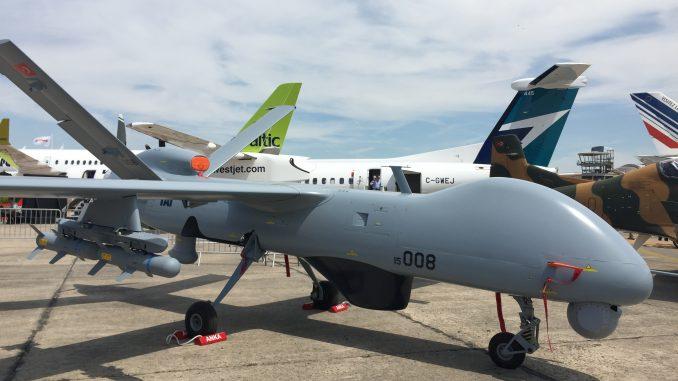 """طائرة """"أنكا"""" التركية من دون طيار في جناج شركة TAI خلال معرض باريس للطيران الذي أقيم في حزيران/يونيو 2017 (الأمن والدفاع العربي)"""
