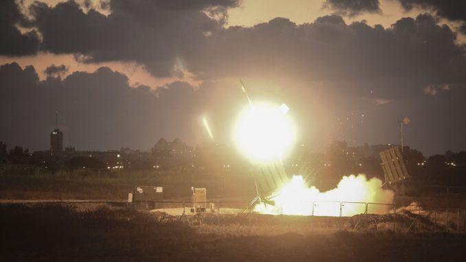 """نظام الدفاع الجوي الإسرائيلي """"القبة الحديدية"""" ينطلق لاعتراض صاروخ على مدينة أشدود في 16 تموز/يوليو 2014 (Ilia Yefimovich/Getty Images)"""