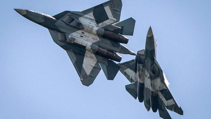 """مقاتلتا """"تي-50"""" روسيتان خلال عرض جوي ضمن فعاليات معرض """"ماكس"""" الروسي للطيران 2011 في جوكوفسكي، خارج موسكو، في 17 آب/أغسطس 2011"""