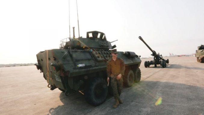 """جندي أميركي يقف إلى جانب مركبة عسكرية لدى مراسم بدء تدريبات """"كوبرا غولد"""" السنوية في 13 شباط/فبراير (رويترز)"""