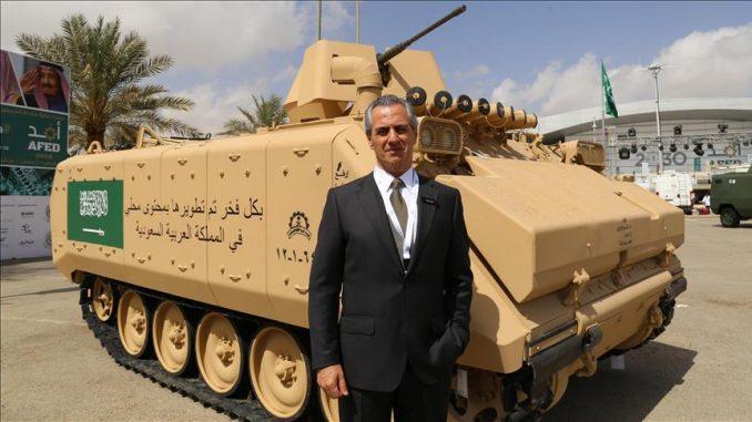 """لقطة لمدير عام شركة """"إف إن إن إس"""" التركية للصناعات الدفاعية، نائل كورت، وهو يقف أمام مدرّعة سعودية يتم عرضها خلال معرض """"أفد 2018"""" المنعقد حالياً في العاصمة الرياض (وكالة الأناضول)"""