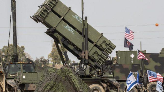 """ضباط من الجيش الأميركي يقفون أمام نظام الدفاع الصاروخي """"باتريوت"""" خلال المناورة العسكرية الإسرائيلية الأميركية المشتركة """"جونيبر كوبرا"""" في قاعدة هتسور الجوية في 8 آذار/مارس 2018 (AFP)"""