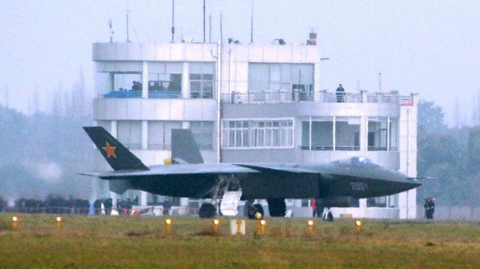 """صورة التُقطت في 6 كانون الثاني/يناير 2011 تُظهر مقاتلة الشبح """"جاي-20"""" الصينية في إحدى عمليات التجارب في القاعدة الجوية في تشنغدو، مقاطعة سيتشوان جنوب غرب الصين (AFP)"""