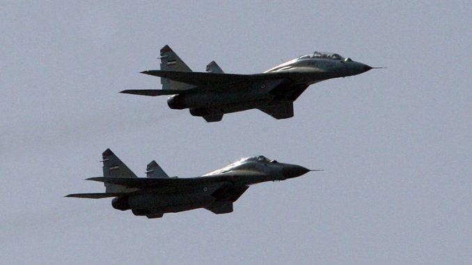 """مقاتلتان إيرانيتان من نوع """"ميغ-29"""" تحلّقان في العرض العسكري السنوي الذي يصادف حرب إيران مع العراق الثامنة، في العاصمة طهران في 22 أيلول/سبتمبر 2009 (AFP)"""