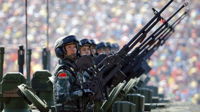 عناصر من جيش التحرير الشعبي الصيني في ساحة تيانانمين خلال عرض عسكري في أيلول/ سبتمبر 2015