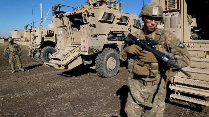 جنود من القوات المسلّحة الأميركية بجانب آليات عسكرية في شرق الموصل في العراق في كانون الأول/ ديسمبر 2016 (رويترز)