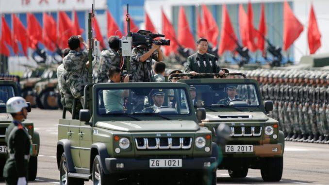 الرئيس الصيني شي جين بينغ يقوم بتفقّد جنود جيش التحرير الشعبي في ثكنة في هونغ كونغ في 30 حزيران/يونيو 2017 (AFP)