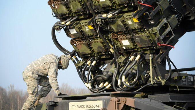 جندي أميركي يُجهّز منظومة باتريوت الصاروخية (صورة أرشيفية)