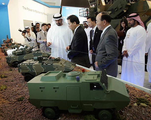 """ولى عهد أبوظبي الشيخ محمد بن زايد آل نهيان (إلي اليسار) يزور جناح كوريا الجنوبية في معرض """"أيدكس"""" للدفاع في أبوظبي في 19 شباط/فبراير 2007 (AFP)"""