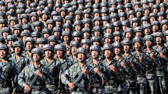 عناصر من القوات المسلّحة الصينية في عرض عسكري في 30 كانون الثاني/ يناير 2018 (رويترز)