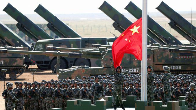 رفع العلم الصيني خلال عرض عسكري في قاعدة تدريب زوريهي في منطقة منغوليا الداخلية بشمال الصين في 30 تموز/يوليو 2017 (AFP)
