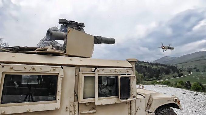 لقطة لصاروخ تاو يتم إطلاقه يدوياً من قبل جندي أميركي