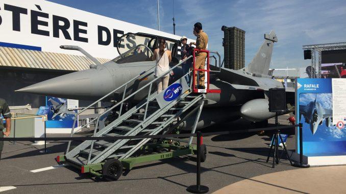 مقاتلة رافال تابعة لسلاح الجو الفرنسي خلال عرضها ضمن فعاليات معرض باريس للطيران في حزيران/يونيو 2017 (الأمن والدفاع العربي)